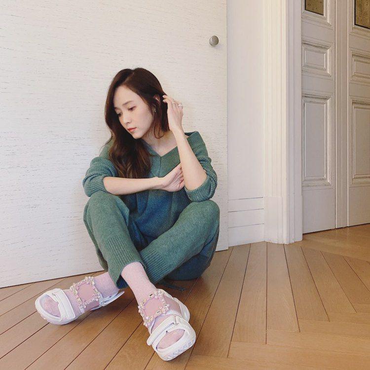 侯佩岑穿台灣限定色的Viv' Run休閒涼鞋。圖/摘自IG