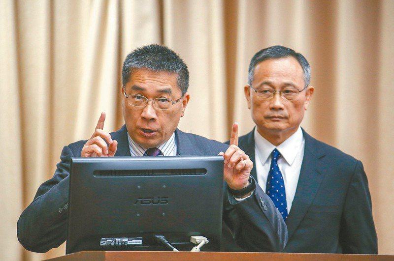 內政部日前將警政署長陳家欽(右)函送法辦,爆發部長徐國勇(左)與署長「互鬥」風波,520內閣改組在即,兩人雙雙去職可能性不低。 圖/聯合報系資料照片
