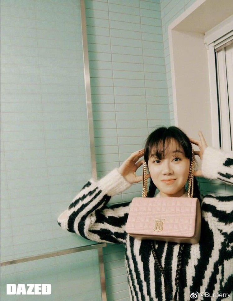 孔曉振在韓國版《Dazed》的5月號封面,身穿水彩印花系列女裝。圖/取自BURB...