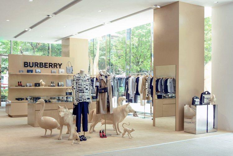 BURBERRY在遠百信義A13開設限時專門店,以動物雕塑包括鵝、猴子、狼等作為...