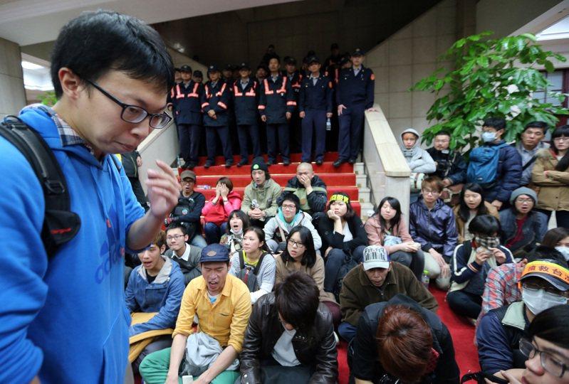 參與318案者被判無罪,甚至可以參政,但323案參與者卻遭判有罪,魏揚(左)難掩6年來的委屈。圖/聯合報系資料照片