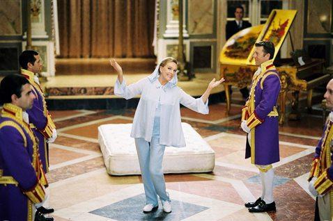 迪士尼出品的「麻雀變公主」系列,不只將安海瑟薇捧紅,也在全球各地締造不錯的票房紀錄,更讓新生代觀眾有機會見識到「真善美」、「歡樂滿人間」傳奇影后茱莉安德魯絲的丰采。茱莉與安雖然相差40多歲,演起祖孫...