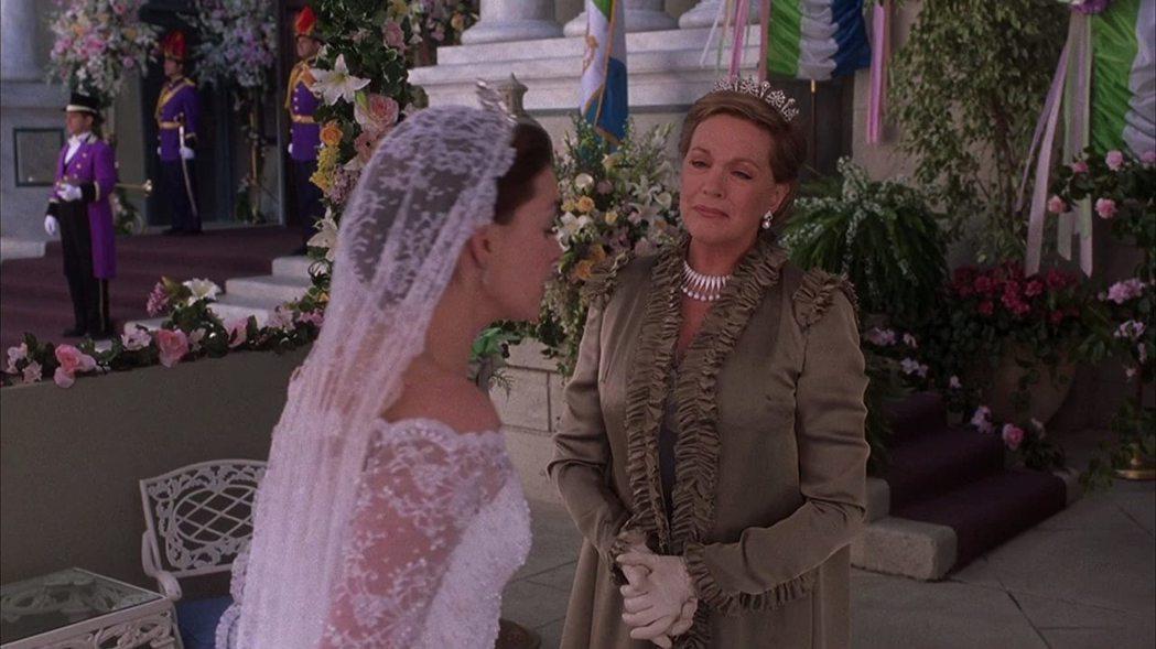 茱莉安德魯絲(右)與安海瑟薇在「麻雀變公主」系列演祖孫,對手戲動人。圖/摘自im...