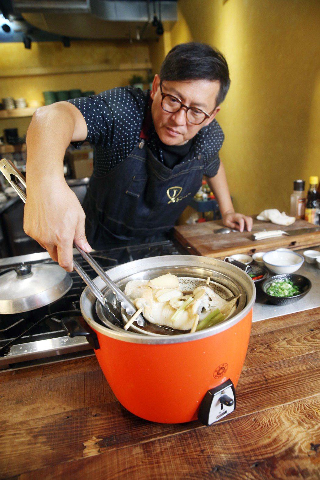 詹姆士利用層架一次蒸熟兩道菜。記者邱德祥/攝影