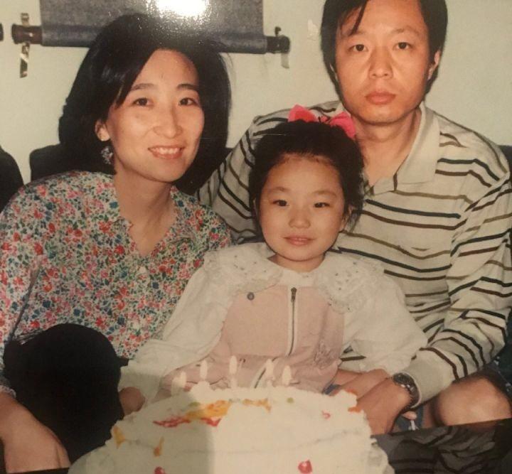 周揚青曾曬出與父母的合照。圖/摘自微博