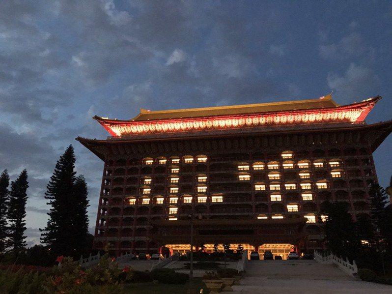 交通部長林佳龍今晚到圓山點燈祈福,選擇了「平安」。圖/取自林佳龍臉書