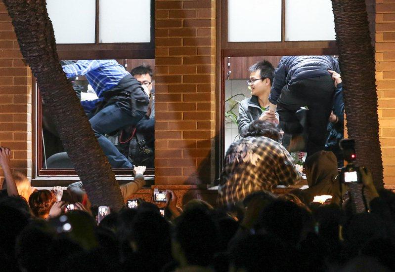 太陽花學運時,學生們衝入行政院,並與警方發生衝突。圖/聯合報系資料照片