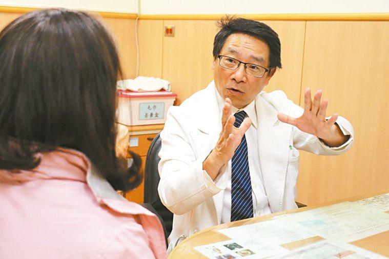 台中慈濟醫院血管外科主任黃慶琮向病人說明靜脈曲張治療方式。 圖/台中慈濟醫院提供