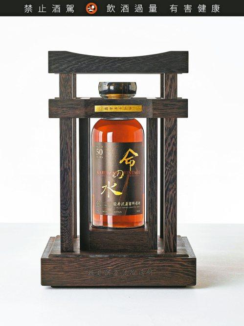 輕井澤黑命之水50年1968(1瓶),估價28萬港元(約台幣108.7萬元)起。 圖/香港蘇富比提供