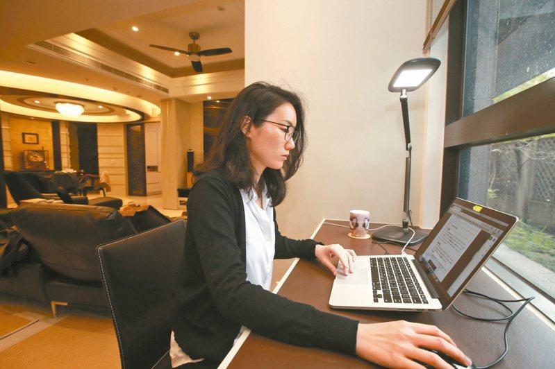 新冠肺炎疫情改變了許多生活習慣,上班族被安排居家工作,利用網路連線視訊開會。 記者許正宏/攝影
