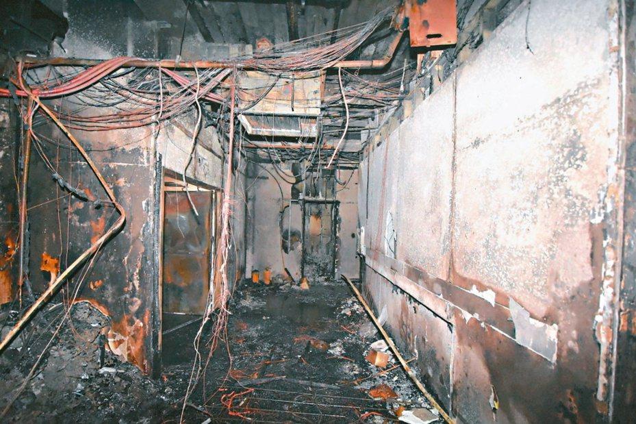台北市消防局公布錢櫃KTV火場照片,走廊、裝潢燒成一片焦黑。 圖/台北市消防局提供