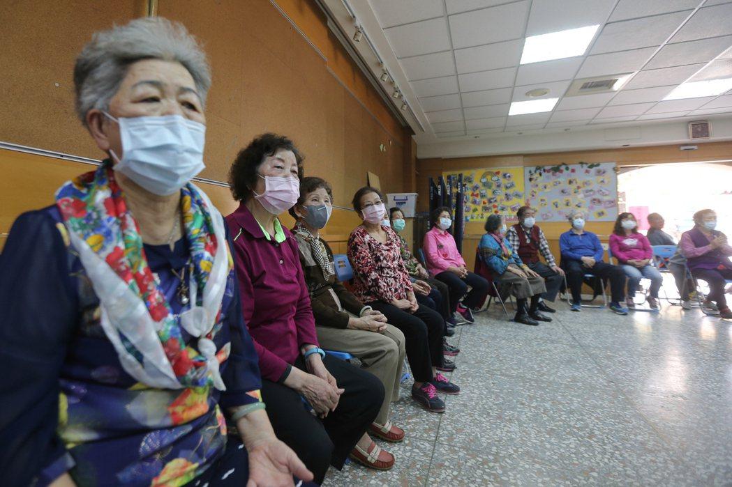 台中市社區關懷據點對長輩做疫情防疫宣導。 記者黃仲裕/攝影