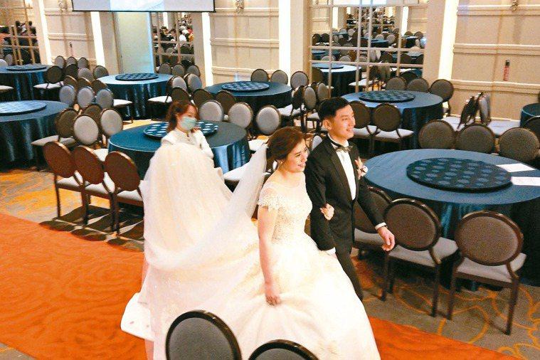 防疫中的婚禮 中央流行疫情指揮中心建議暫停舉辦室內超過一百人的活動,婚禮怎麼辦?...