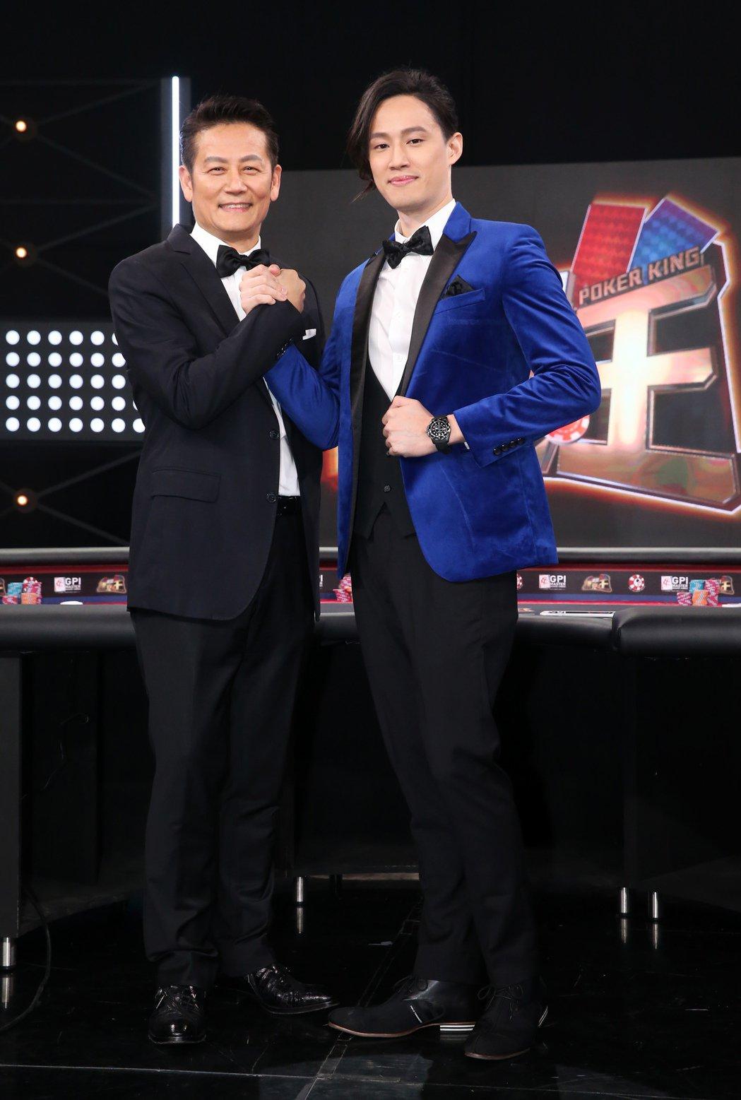 徐乃麟(左)擔任由兒子徐新洋(右)主持的全新益智節目《誰是撲克王?》首集節目嘉賓...
