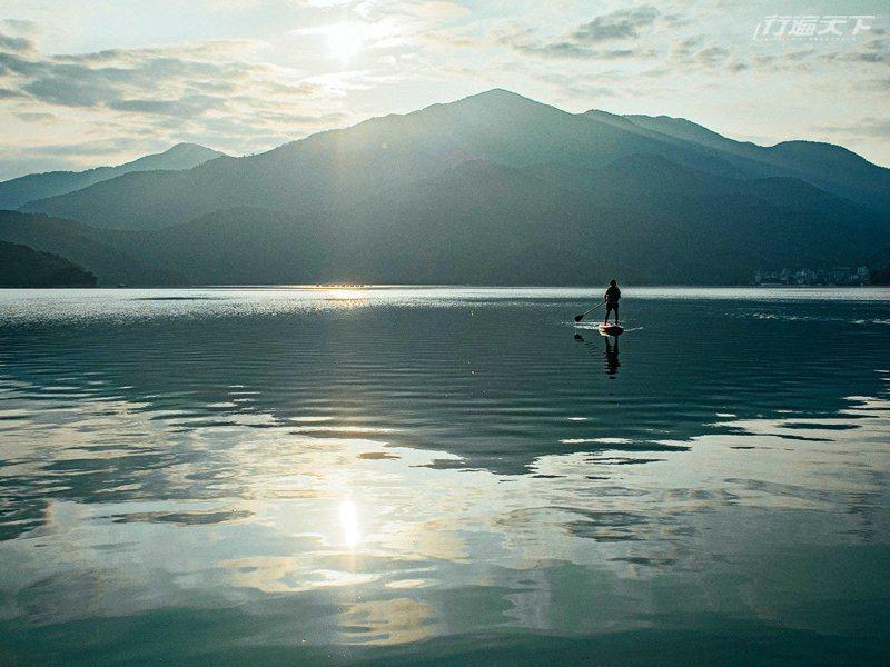 位於水社碼頭的餐廳走出來即可以出水划SUP,在教練的指導下初心者也能輕鬆學會,享受環繞無死角的日月潭湖景。