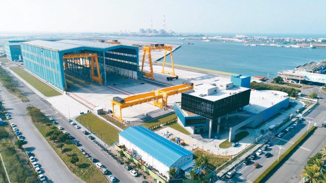 中鋼呼應政府離岸風電政策,成立「興達海基公司」並在高雄興達港建立水下基礎結構的製...
