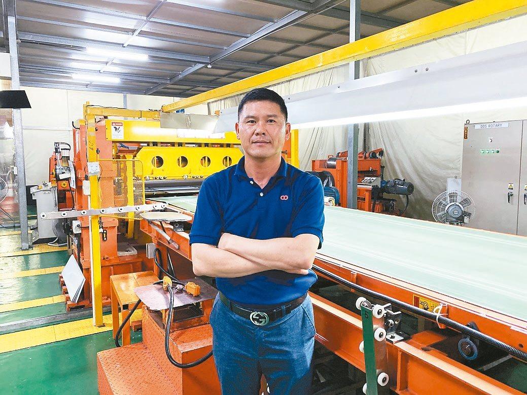 慶大樂董事長林恒茂說,為了提供最優質產品,家電面板裁剪生產線則是採高規格防塵設計...