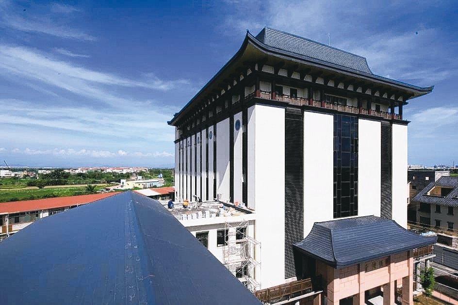 佛光山福國寺使用德國進口Novelis,呈現獨特且完美的建築美感。 祥鑫鋼鐵/提...