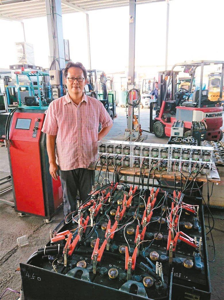 日日興能源科技經理王士豪展示自行研發的鉛酸電池活化再生、養護修護技術。 莊智強/...