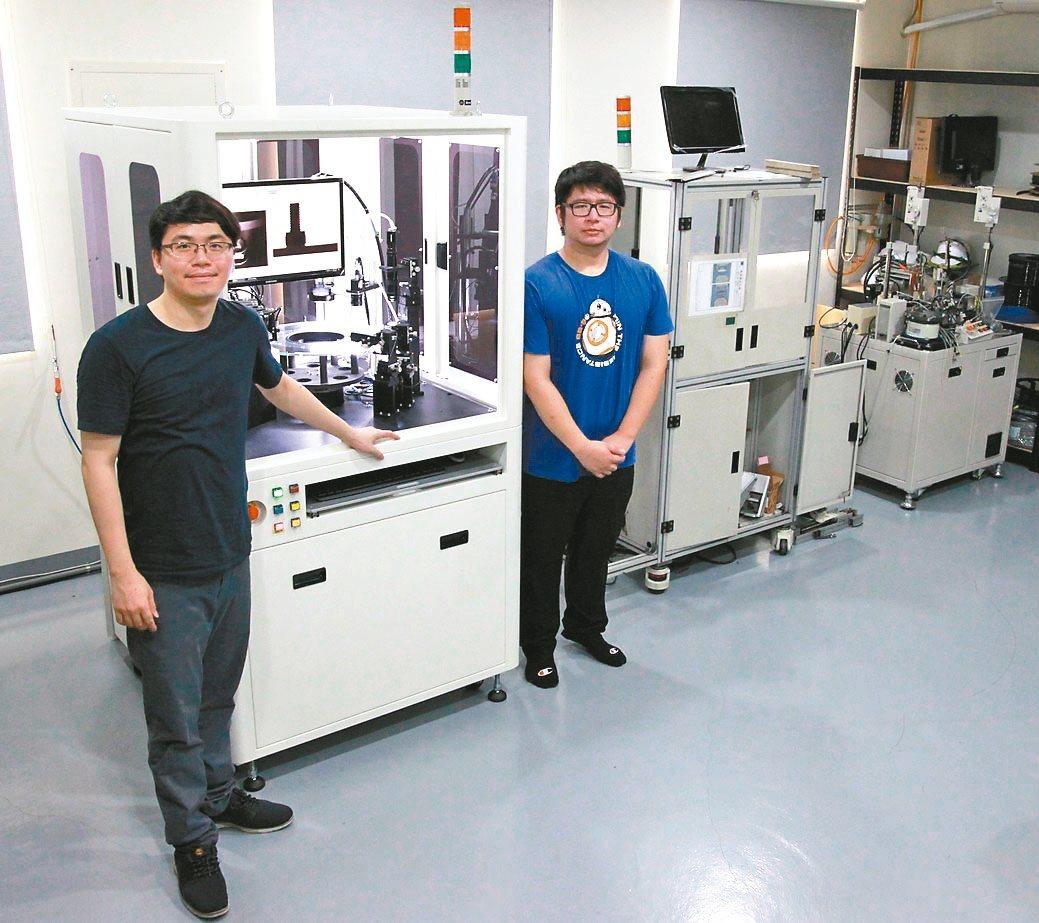 鼎宸科技總經理戴嘉輝(左)展示該公司自行研製的曲面物件表面瑕疵全檢功能的光學篩選...