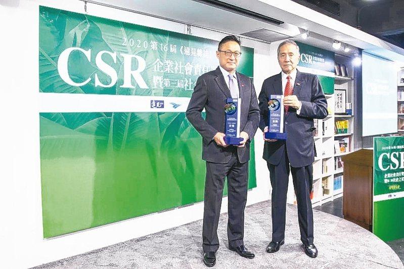 中信金控積極精進ESG各面向作為,榮獲2020年第16屆《遠見雜誌》CSR三大獎肯定,中信金控行政長高人傑(左)與中信文教基金會董事長馮寄台(右)代表領獎。 中信金控/提供