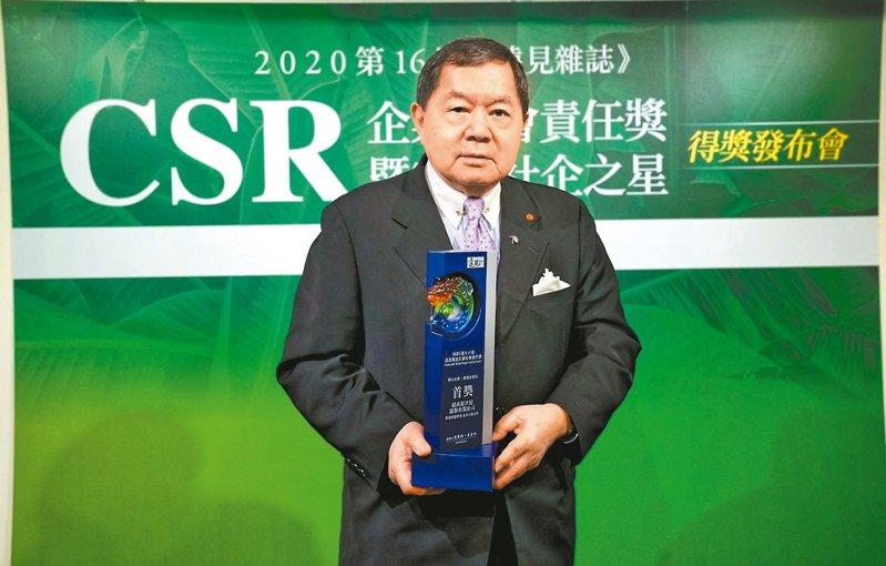 遠東新今年獲得遠見企業社會責任獎雙料肯定,董事長徐旭東親自出席領獎。 遠東新/提供
