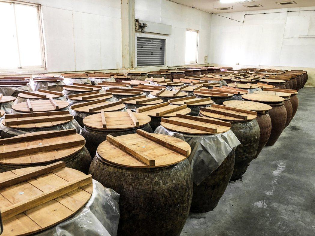 將原料食材放入特製手拉環大陶甕封存,經3階段的發酵工法及20道以上的品管程序,釀...
