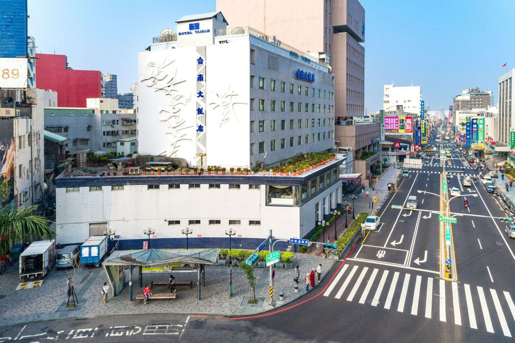 台南大飯店位於火車站前交通樞紐,無論城市旅行還是想到郊外都超方便。  台南大飯店...