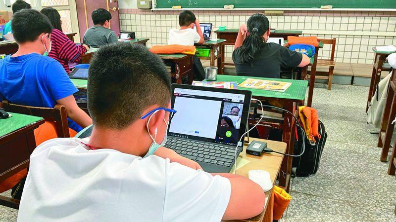 花蓮縣政府日前實施全遠距教學演練,國小生帶筆電或平板電腦到學校上課。 圖╱聯合報系資料照片