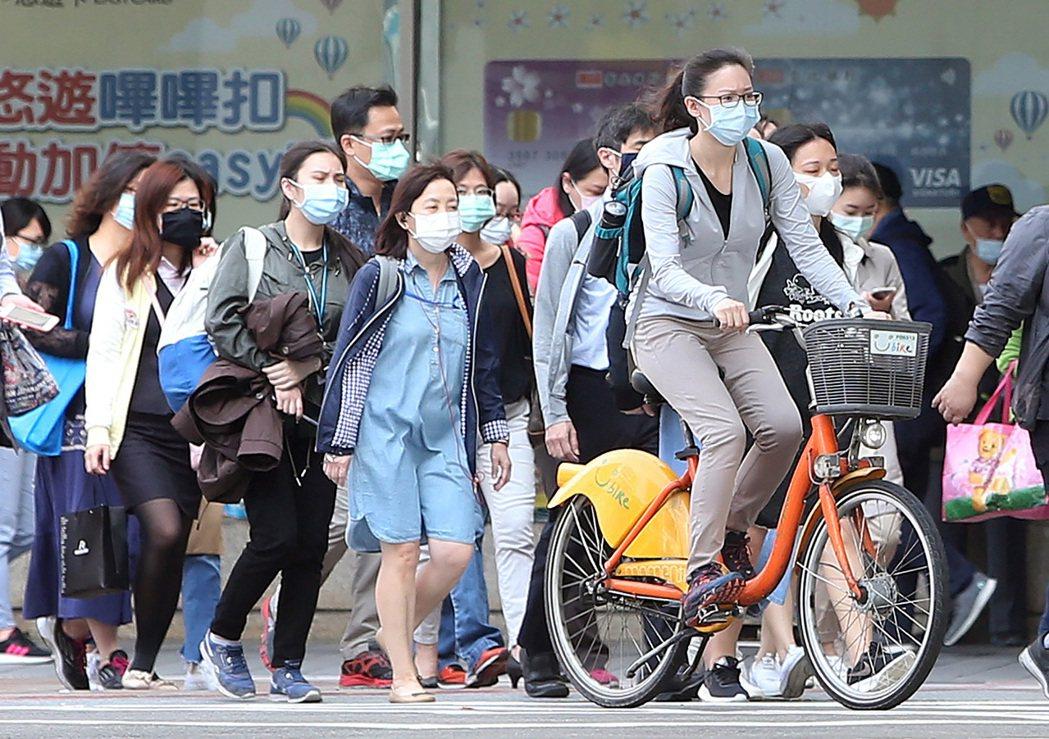 國人外出配戴口罩、與人保持社交距離,降低飛沫傳染疾病的罹病風險。加強洗手降低接觸...