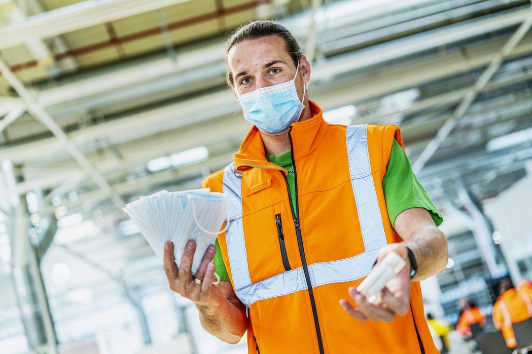ŠKODA歷經39天空窗期後,總算恢復捷克三大廠的運作,但所有員工都必須配戴口罩...