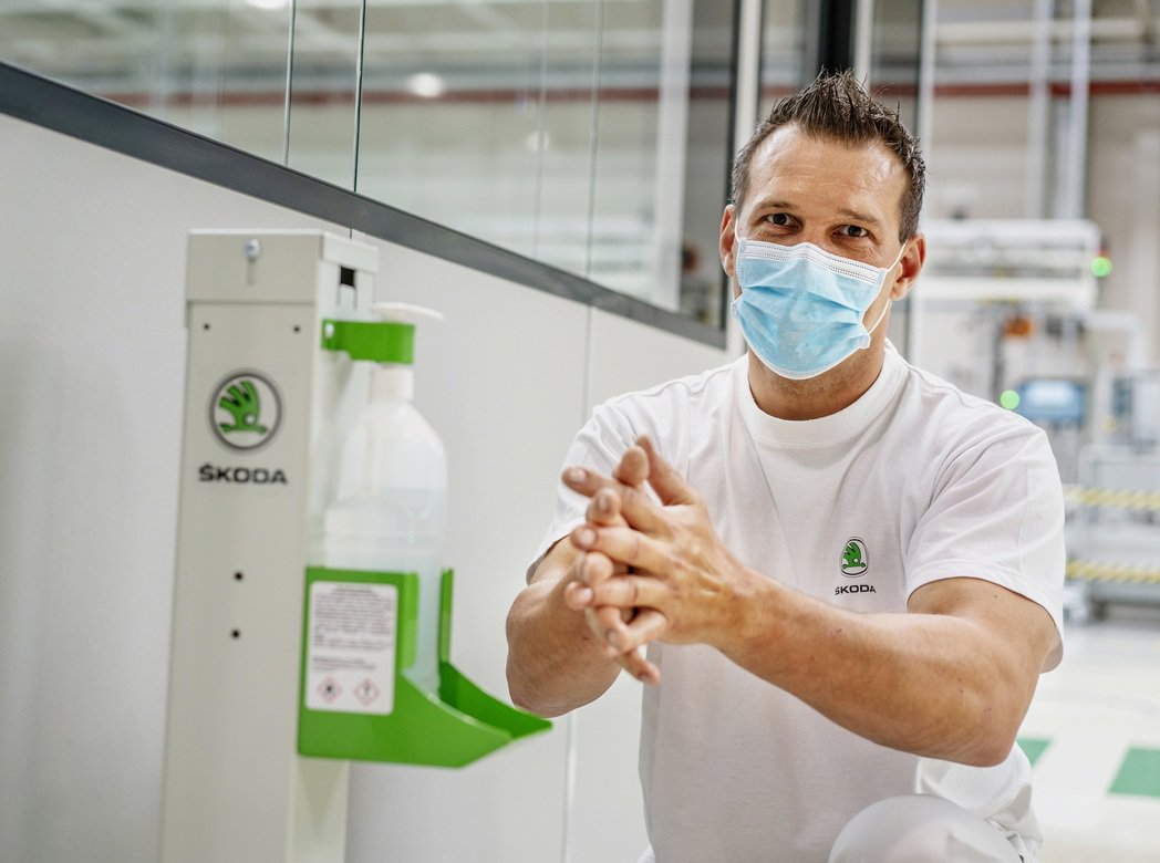 ŠKODA要求員工配戴口罩,並定期洗手、消毒以防範新冠病毒的傳播。 摘自ŠKOD...