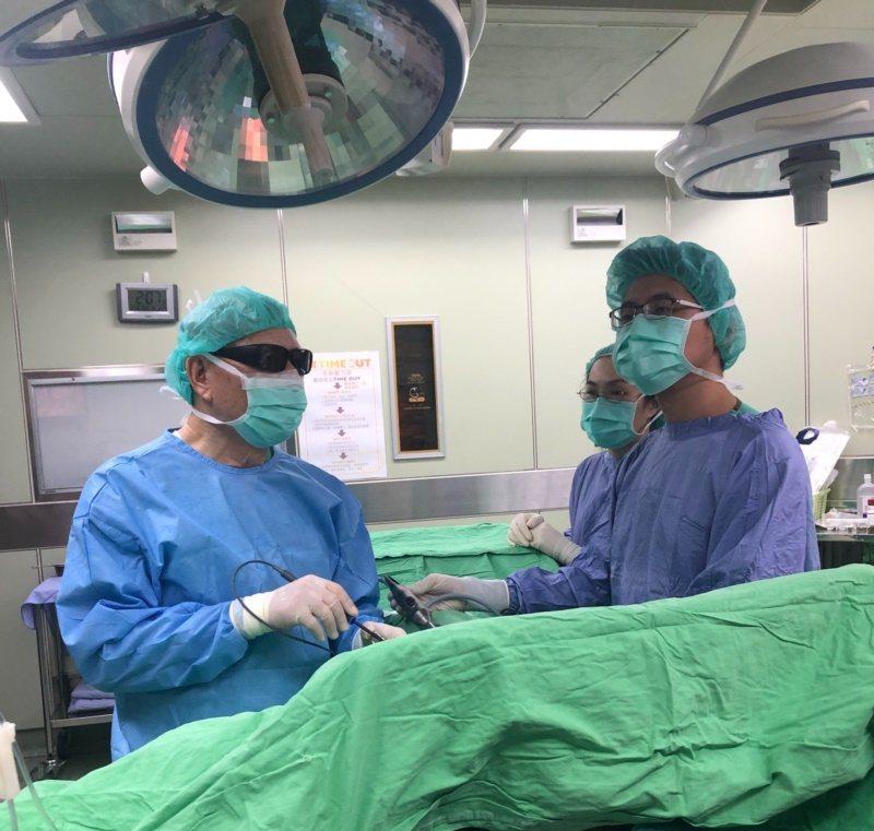 台南市立醫院院長吳明和(左)已經75歲,但仍每周至少開4台刀。 圖/醫院提供
