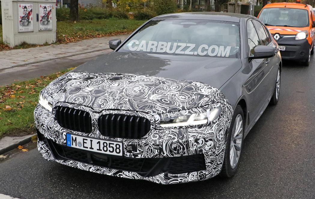 小改款BMW 5 Series Sedan偽裝測試車。 摘自Carbuzz