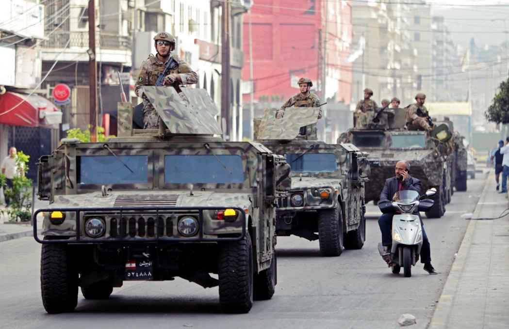 圖為黎巴嫩軍方出現在的黎波里。過程中,奉命鎮壓的黎巴嫩陸軍已傳對群眾開火,已知至...