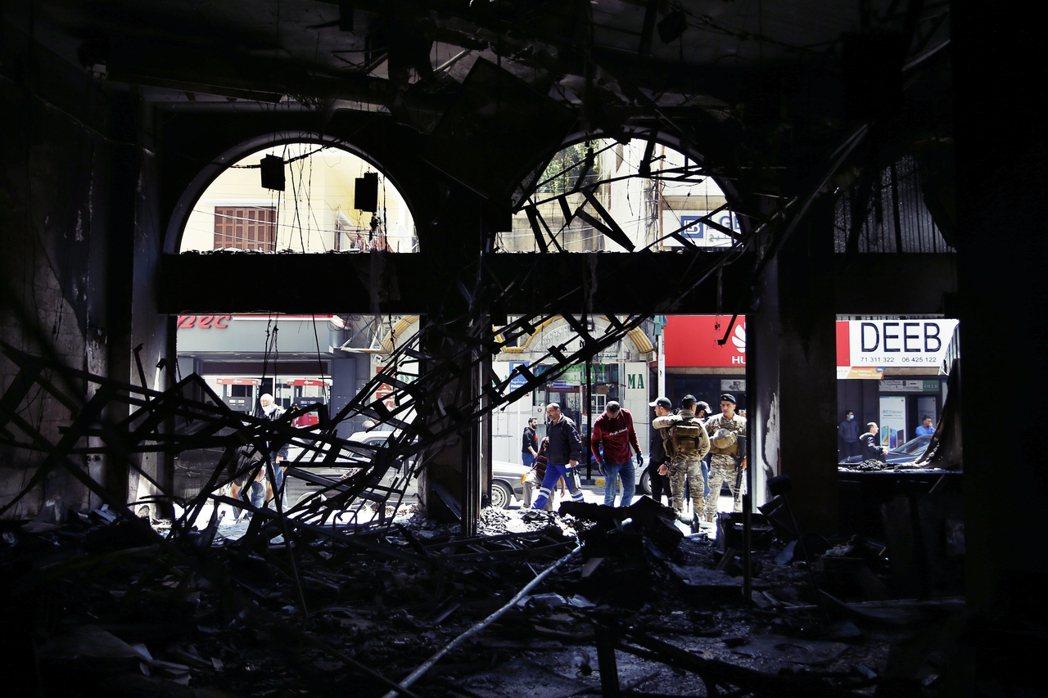 圖為黎巴嫩被燒毀的銀行內部。 圖/美聯社