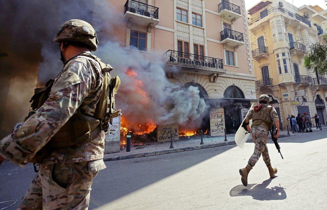 由於當前正處於防疫狀態,示威者放火燒銀行的舉動,也被政府視為「犯罪行為」。因此奉...