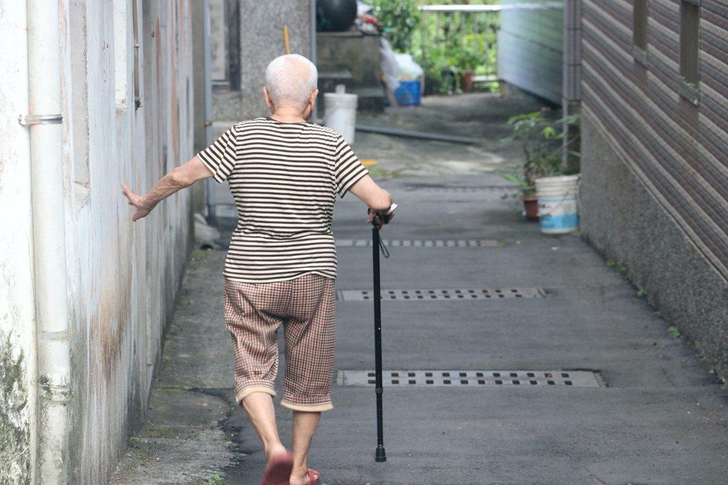 許多社區據點被下令停止活動後,老人無處可去,四處趴趴走反而成為潛在防疫漏洞(示意...