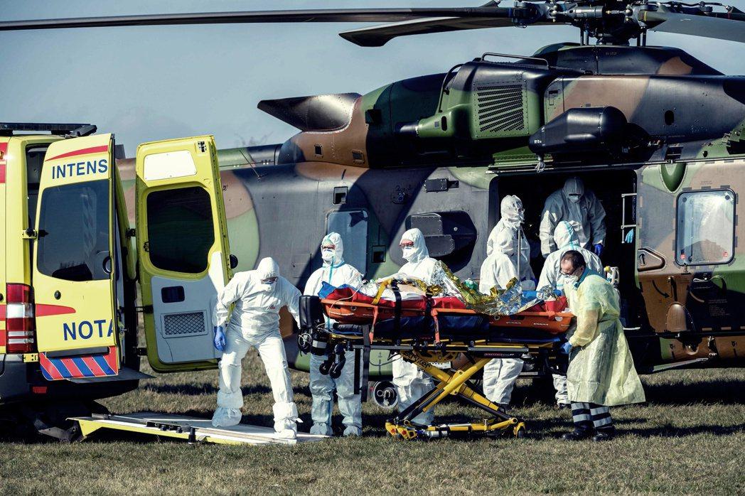 圖為4月初,德國接收法國少量確診病患,展現共患難的團結。 圖/法新社