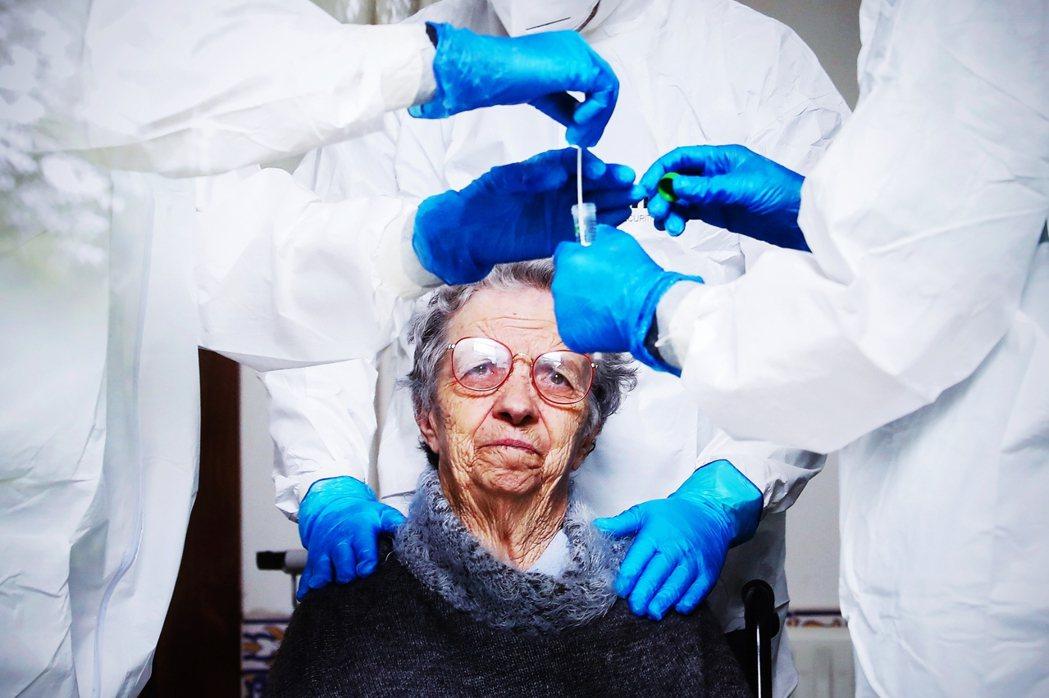面對瘟疫災難,歐盟迎來了整合團結的突破口?圖為葡萄牙一名老婦,正準備接受新型冠狀...