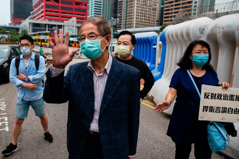4月18日,香港警方逮捕「香港民主之父」的李柱銘。 圖/法新社
