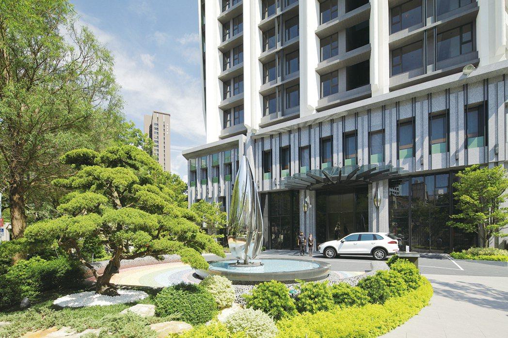 入口處的飯店級禮賓領袖車道與百萬迎客松以優雅姿態迎您回家。圖片提供/京城建設