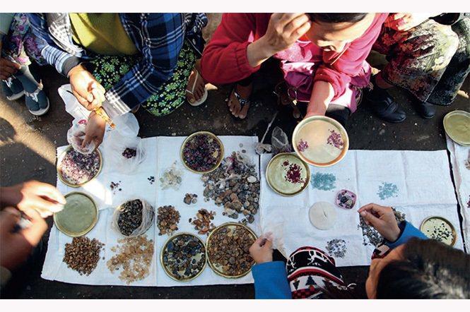 """在緬甸(莫谷)的市場上出售的寶石原石,可能來自多個不同的礦源。寶石行業複雜且分散的特性使的""""追溯性""""成為具挑戰的任務。(圖/Laurent E. Cartier)"""