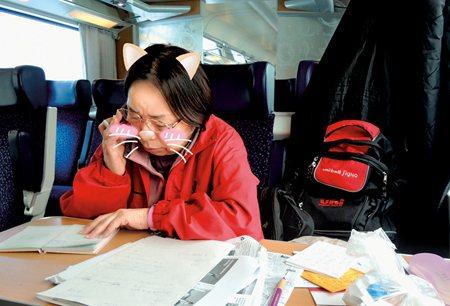 圖說:●儘管旅途多麼勞累,媽媽仍在火車上把握時間寫日記 (照片/淡淡提供)