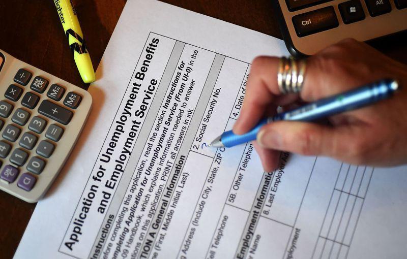 一名維吉尼亞州居民正在填表申請失業給付。美國過去一個月新增失業人口超過二千六百萬。