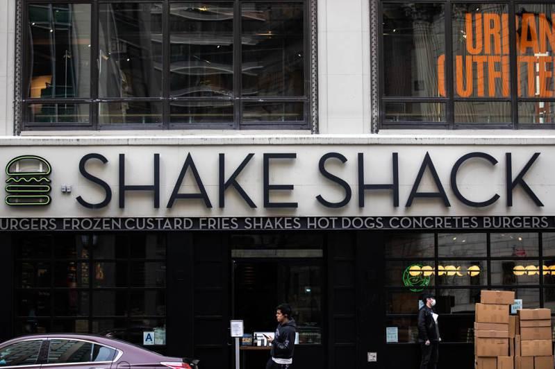 美國知名漢堡店Shake Shack擁有6000名員工,市值達20億美元,卻也請領政府專門資助小企業的紓困金,最後在輿論壓力下將紓困金退還。