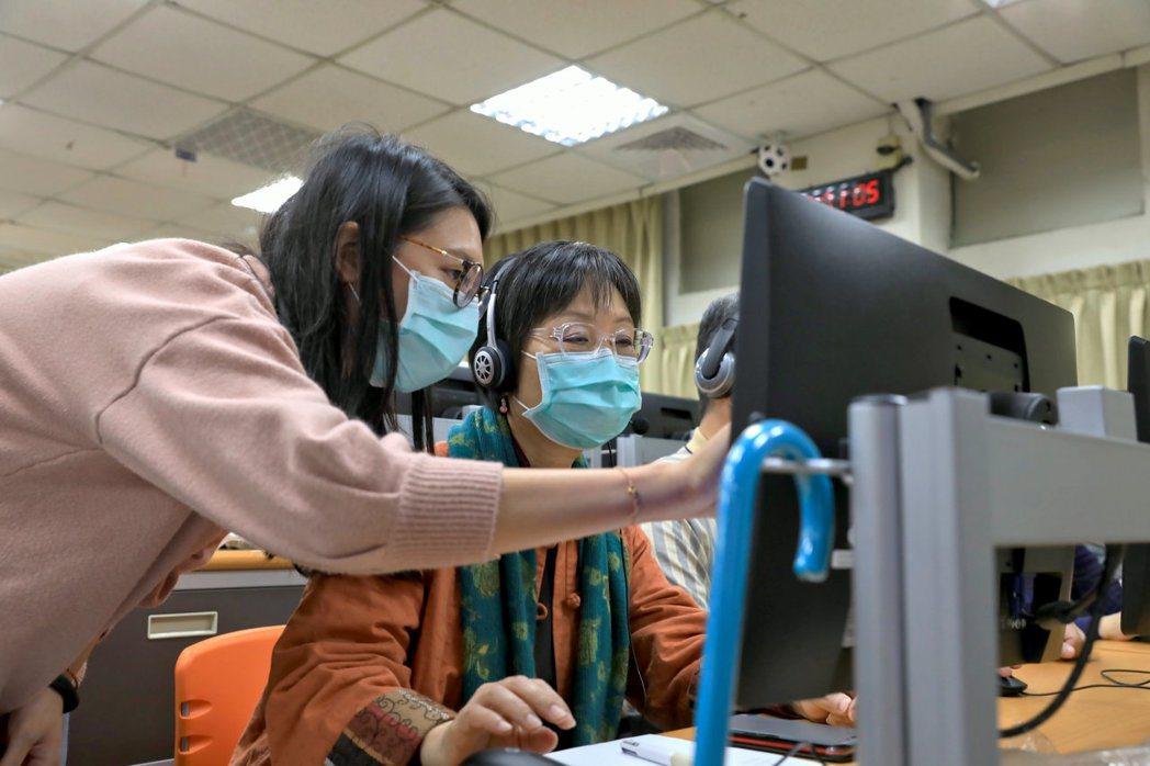 遠距教學操作門檻較高,考驗師生對軟硬體的熟悉度,圖為輔仁大學日前舉辦工作坊教導校...