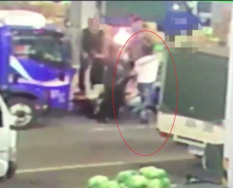 新北市板橋區果菜市場28日清晨傳出槍響,廖姓男子瀝似酒後與人發生口角糾紛,竟持槍對空開了4槍後逃逸。記者王長鼎/翻攝