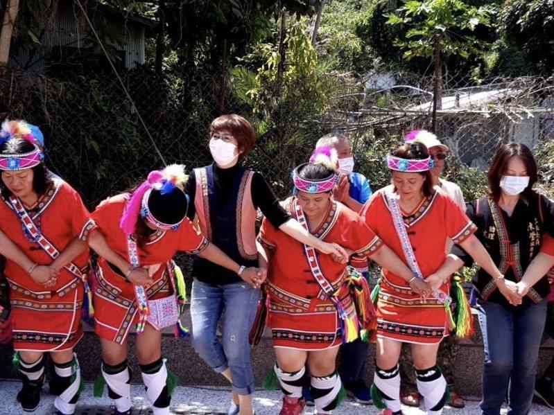 台東縣池上鄉振興部落亮點文化健康站今天正式啟用,縣長饒慶鈴(左三)和部落族人同歡。記者尤聰光/翻攝