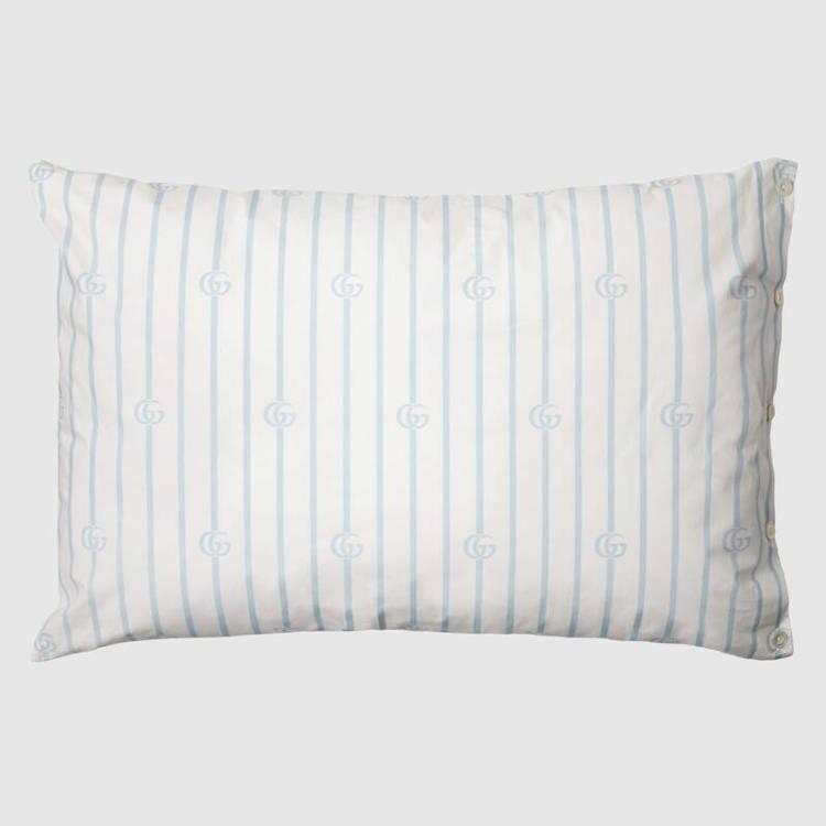 附上的條紋枕頭還有雙G Logo。圖/GUCCI提供